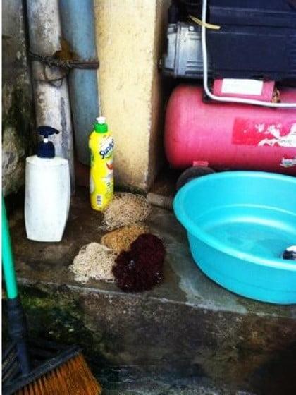 Khu vực rửa bát và thực phẩm ngay cạnh hàng rửa xe, nước chảy lênh láng ra đường