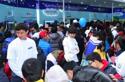 Khu vực trải nghiệm cùng Samsung Smart TV thu hút đông đảo phụ huynh và học sinh.