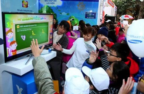 Các em nhỏ thích thú trải nghiệm ứng dụng ViOlympic - Em giỏi toán.