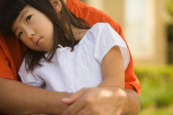"""Lên mạng, chị ngỡ ngàng khi những dấu hiệu có ở con """"hao hao"""" với trẻ tự kỷ. Anh chị suy sụp và cấp tốc cho con đi khám (Ảnh minh họa)"""