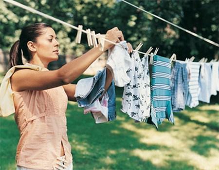 Phơi quần áo của bé dưới ánh nắng mặt trời để diệt khuẩn.