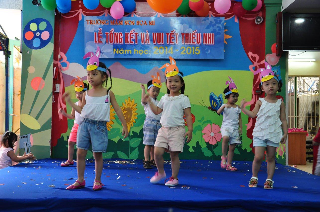 Tiết mục Trời nắng – trời mưa của các bé lớp Chích chòe - Lễ tổng kết trường mầm non Họa Mi 2015