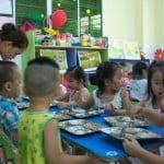 Các bé sẽ tự lấy lượng thức ăn vừa đủ cho mình