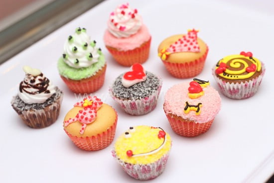 Bé làm bánh cupcake