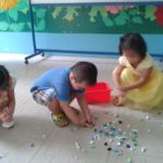 Hoạt động vui chơi ngoài trời của bé tại trường mầm non Họa Mi 12/2016 - Hình 3